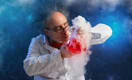 Wacky chemicus met experiment royalty-vrije stock foto