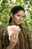 Wad της γυναίκας τραπεζογραμματίων Στοκ φωτογραφίες με δικαίωμα ελεύθερης χρήσης