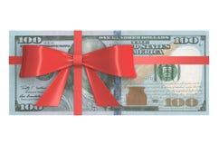 Wad των τραπεζογραμματίων 100 δολαρίων με το κόκκινο τόξο, έννοια δώρων τρισδιάστατος Στοκ Εικόνες