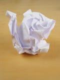 Wad de papel na mesa imagem de stock