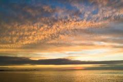 Waddensea met kustlijnen van eiland Texel en Den Helder bij zonnen stock foto's
