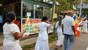 Wadduwa,斯里兰卡- 2018年5月05日:白色衣裳的人们沿斯里兰卡街道走 人们进位标志和篮子与 股票视频