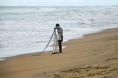 Wadduwa Sri Lanka - Maj 08, 2018: En fiskare med fisknät på stranden i Sri Lanka royaltyfria foton