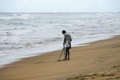 Wadduwa Sri Lanka - Maj 08, 2018: En fiskare med fisknät på stranden i Sri Lanka royaltyfri bild