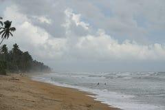 Wadduwa Sri Lanka - Maj 08, 2018: Folk som badar på stranden av det tropiska havet royaltyfria foton