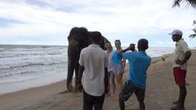 Wadduwa Sri Lanka - Maj 08, 2018: Lokaler tar bilder av en grabb och en flicka med en elefant arkivfilmer
