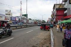 Wadduwa Sri Lanka - Maj 05, 2018: Sikt av gatan Colombo - den Galle strömförsörjningen RD i den Wadduwa staden royaltyfri fotografi