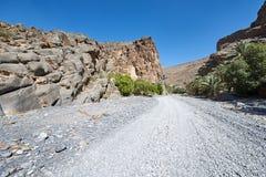 Wadi en torr flodsäng i Oman Royaltyfria Foton