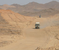 WADI - HALFA, SUDAN - 20 November, 2008: Den rinnande througen för väg Arkivfoton