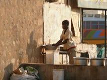 WADI - HALFA, SUDAN - NOVEMBER 19, 2008: Di för Nubian kvinnatvagning Royaltyfri Fotografi