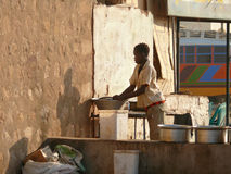 WADI - HALFA, SUDAN - NOVEMBER 19, 2008: Nubian woman washing di Royalty Free Stock Photography