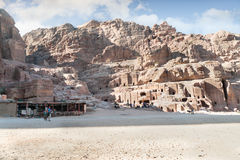 WADI MUSA JORDANIEN - NOVEMBER 18, 2012: Landskap av gammalt bostadsområde av Petra-staden Petra är historisk och arkeologisk ci Arkivbilder