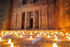 WADI MUSA JORDANIEN - NOVEMBER 17, 2012: Touristic nattstearinljusceremoni på den forntida Petra-staden Petra är historisk och ar Arkivfoton