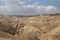 Wadi Qelt w Judejski pustynny pobliski Jerychońskim, naturze, kamieniu, skale i oazie, Niewidziani, niewiadomi, unexplored miejsc zdjęcie stock