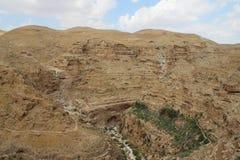 Wadi qelt woestijn en klooster van Heilige George Koziba dichtbij Jericho stock fotografie