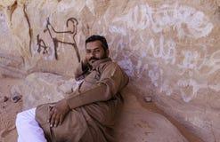 """Wadi Rum, †de Jordania """"20 de junio de 2017: Hombre beduino u hombre del árabe en el equipo tradicional, acostándose en la roca Fotografía de archivo"""