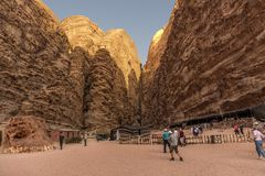 Wadi Rum-de woestijn Jorden 17-09-2017 een groep toeristen gaat naar de Bedouin tent, onder het hooggebergte dat in het midden va Royalty-vrije Stock Foto's