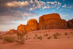 Wadi Rum Desert em Jordânia no alvorecer bonito Imagens de Stock Royalty Free