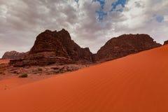 Wadi Rum Desert en Jordania en el amanecer hermoso Foto de archivo