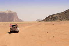 Wadi Rum Jordan com fora da estrada Fotos de Stock Royalty Free