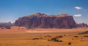 Wadi Rum maestoso, aka valle della luna, di una riserva naturale protetta con le montagne drammatiche dell'arenaria e della rocci fotografie stock