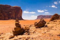 Wadi Rum maestoso, aka valle della luna, di una riserva naturale protetta con le montagne drammatiche dell'arenaria e della rocci immagine stock libera da diritti