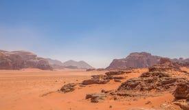 Wadi Rum maestoso, aka valle della luna, di una riserva naturale protetta con le montagne drammatiche dell'arenaria e della rocci fotografia stock