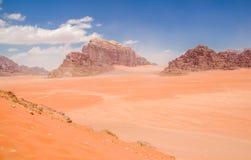 Wadi Rum maestoso, aka valle della luna, di una riserva naturale protetta con le montagne drammatiche dell'arenaria e della rocci immagini stock
