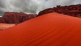 Wadi Rum-woestijnlandschap bij sunruse, Jordanië stock footage