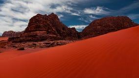 Wadi Rum-woestijnlandschap bij sunruse, Jordanië stock videobeelden