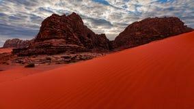 Wadi Rum-woestijnlandschap bij sunruse, Jordanië stock video