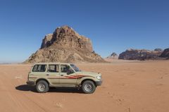 Wadiego rum Jordania, Grudzień, - 27th 2015: Dżip wycieczka turysyczna w pustyni Zdjęcia Stock