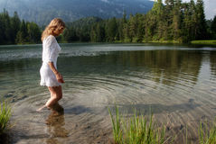 Wading στο νερό Στοκ Εικόνες