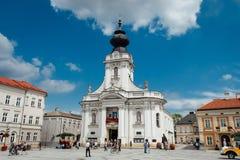 Wadowice/Польша - 7-ое июля 2018: Базилика святой Mary в главной площади Wadowice, стоковое изображение