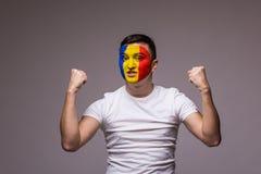 Władza i silne emocje Rumuński fan piłki nożnej w gemowym zachęcaniu Rumunia drużyna narodowa. Obraz Stock