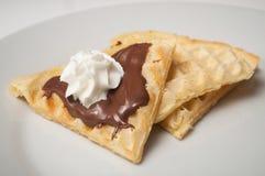 wafel in gevormd hart met chocolade en chantilly room in een witte plaat stock fotografie