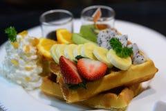 Wafel met mengelingsfruit en ranselende room Stock Foto's