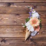 Wafelkegels met bloemen op een houten achtergrond Stock Foto