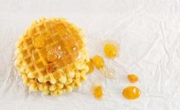 Wafelkoekjes en zoete honing Royalty-vrije Stock Afbeeldingen