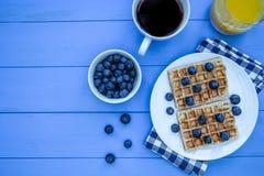 Wafels en bosbessenontbijt met koffie en jus d'orange o royalty-vrije stock foto