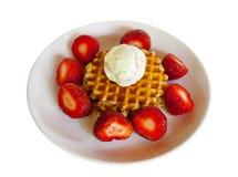 Wafels met aardbeien en roomijs op witte geïsoleerde plaat Royalty-vrije Stock Foto