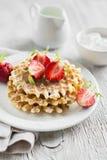 Wafels met aardbeien op een witte plaat Stock Afbeeldingen