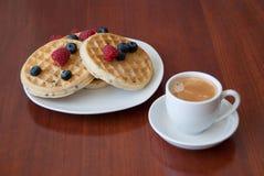 Wafels met bessen en koffie Royalty-vrije Stock Foto