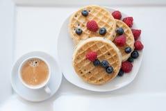 Wafels met bessen en koffie Stock Fotografie