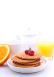 wafels met chocolade en frambozen, druiven, thee en jus d'orange Stock Fotografie