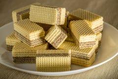 Wafels met chocoladeclose-up op een witte plaat Stock Foto's