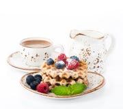 Wafels met frambozen, bosbessen en kop van koffie Stock Fotografie