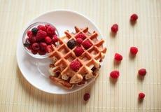 Wafels met honing, jam, en bessen op een witte plaat Stock Foto
