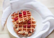Wafels met honing, jam, en bessen op een witte plaat Royalty-vrije Stock Foto's