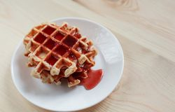Wafels met honing, jam, en bessen op een witte plaat Stock Fotografie